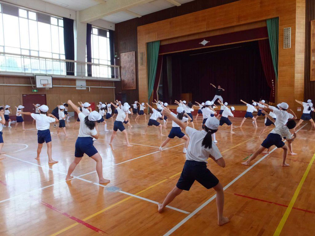 学校での踊りの指導